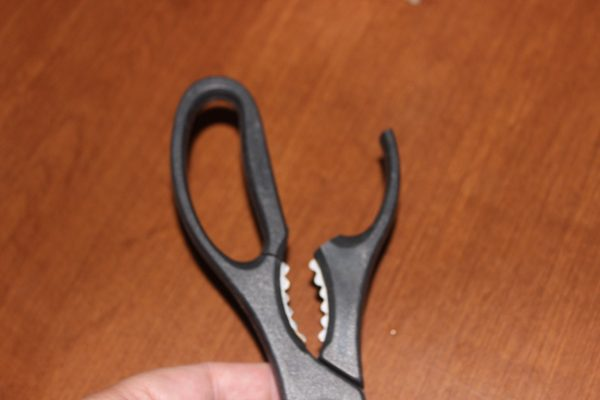Broken Kitchen Scissors at ASlobComesClean.com